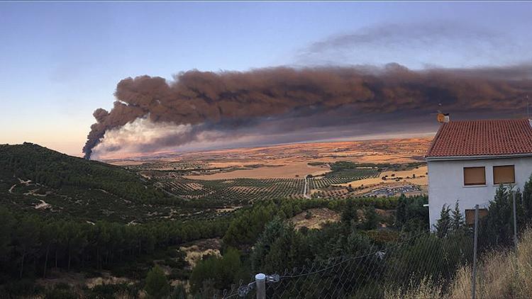 España: Se declara un gran incendio en una planta de reciclaje industrial de Guadalajara (VIDEOS)