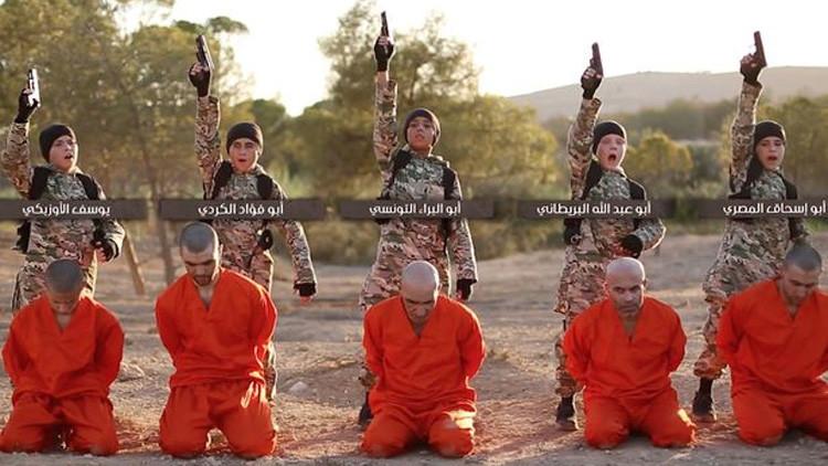El Estado Islámico publica un terrorífico video de niños ejecutando a prisioneros