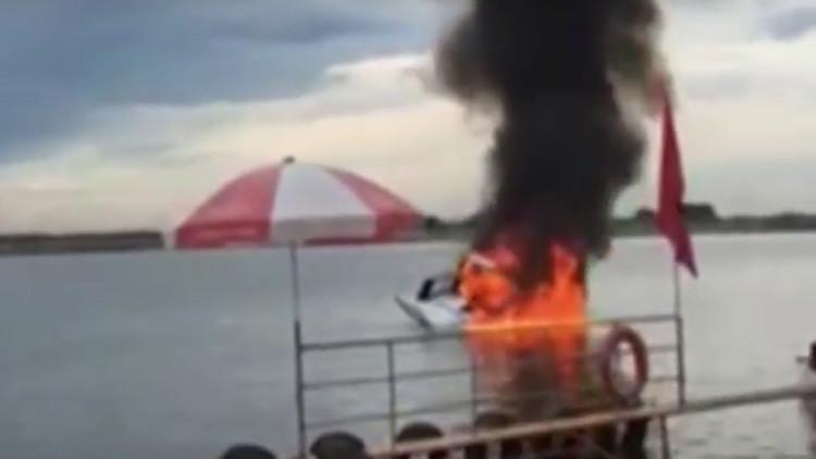 Impactante video muestra cómo un helicóptero cae y se incendia en un río de China