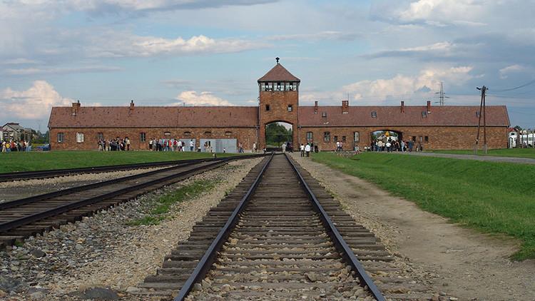 Un joven causa indignación por posar con bolsos de lujo en Auschwitz (Fotos)