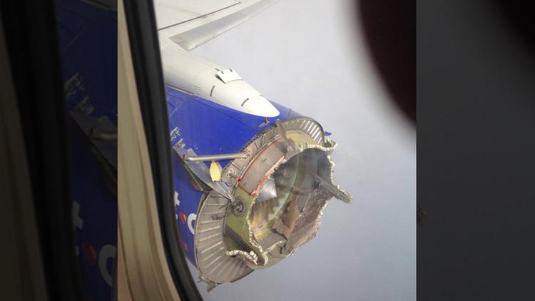 """""""Gritos y llantos a bordo"""": Un Boeing pierde parte del motor tras una explosión en pleno vuelo"""