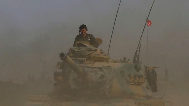 Un tanque turco en la frontera turco-siria en el sureste de la provincia de Gaziantep, Turquía