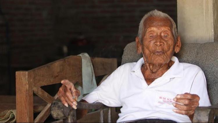 Un indonesio asegura que cumplió 145 años y tiene lista su tumba desde 1992