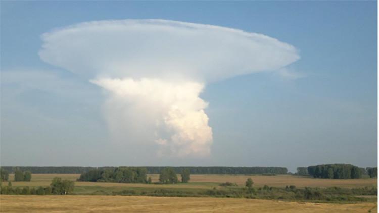 Video, fotos: Una enorme nube de hongo asusta a residentes de Siberia