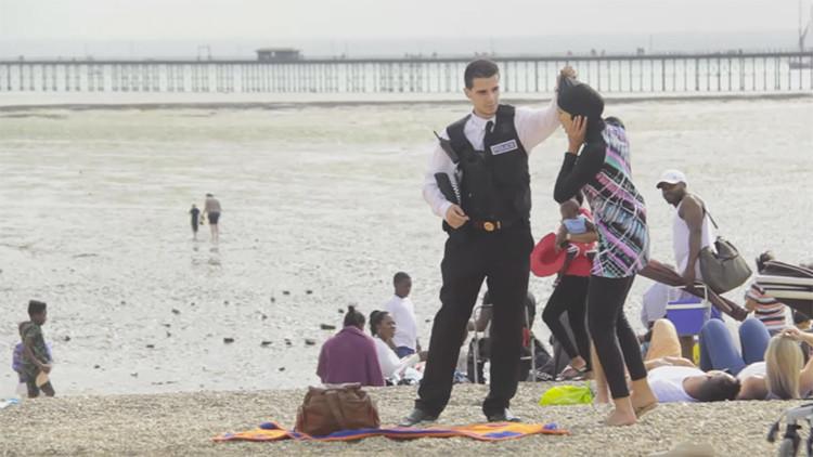Experimento social: ¿cómo reaccionaría ante una disputa en la playa por un 'burkini'? (video)