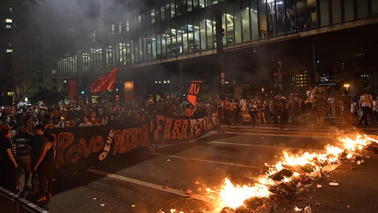 La Policía brasileña utiliza gas lacrimógeno contra seguidores de Rousseff durante una manifestación