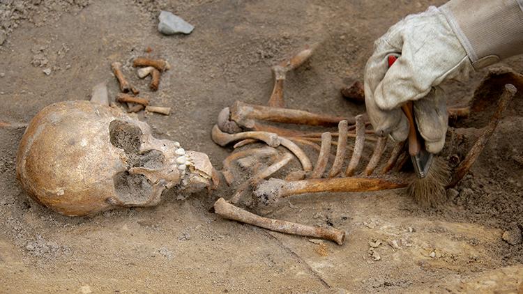 Rusia: Hallan la tumba ancestral de un alto funcionario con instrumentos de medición intactos