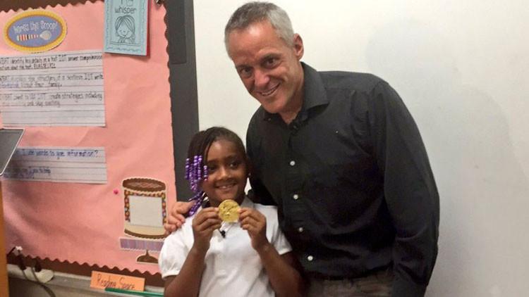 Una niña de 7 años hallauna medalla de oro en la basura y se la devuelve a su propietario