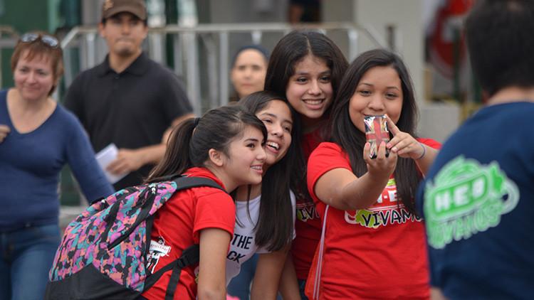 Alerta en las escuelas de secundaria: Manía de los 'selfies' ayuda a la propagación de piojos