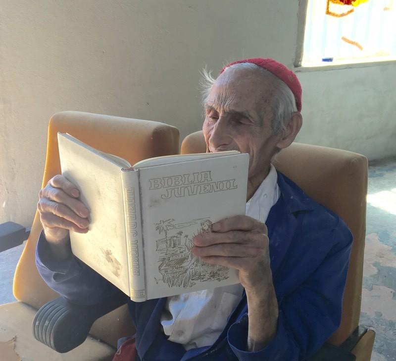Justo gallego leyendo su 'Biblia Juvenil'