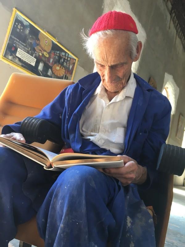 Justo Gallego leyendo en el interior de su Catedral.