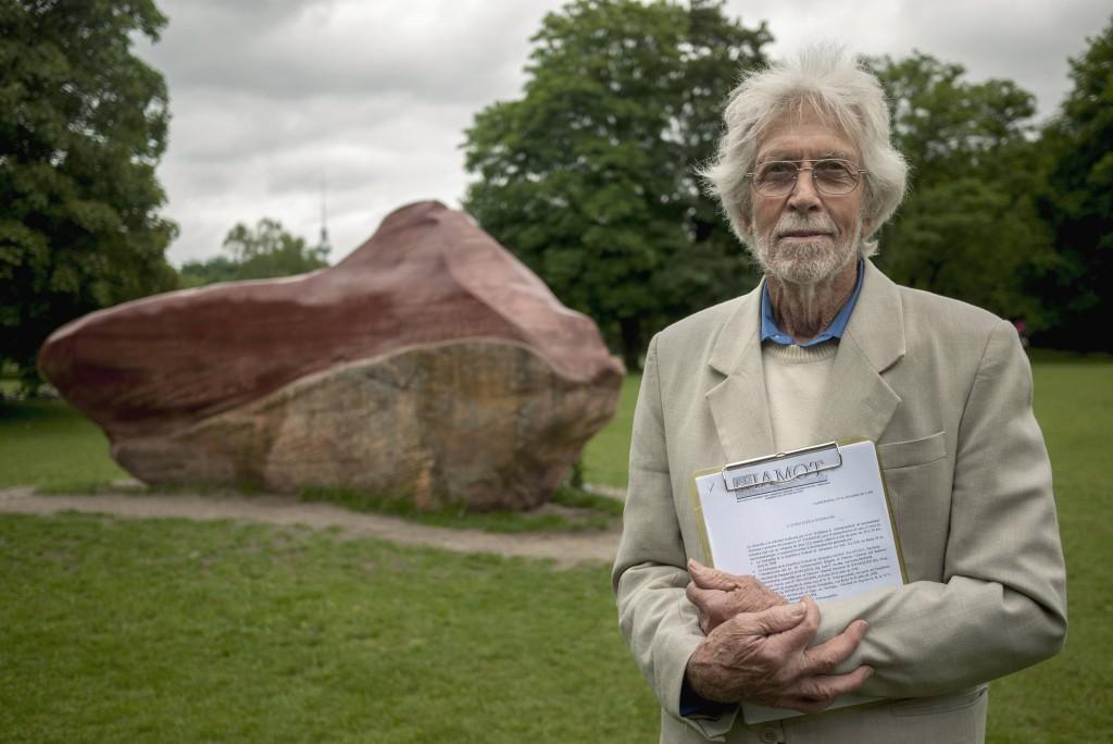 El artista alemán junto a la piedra Kueka en el parque Tiergarten de Berlín