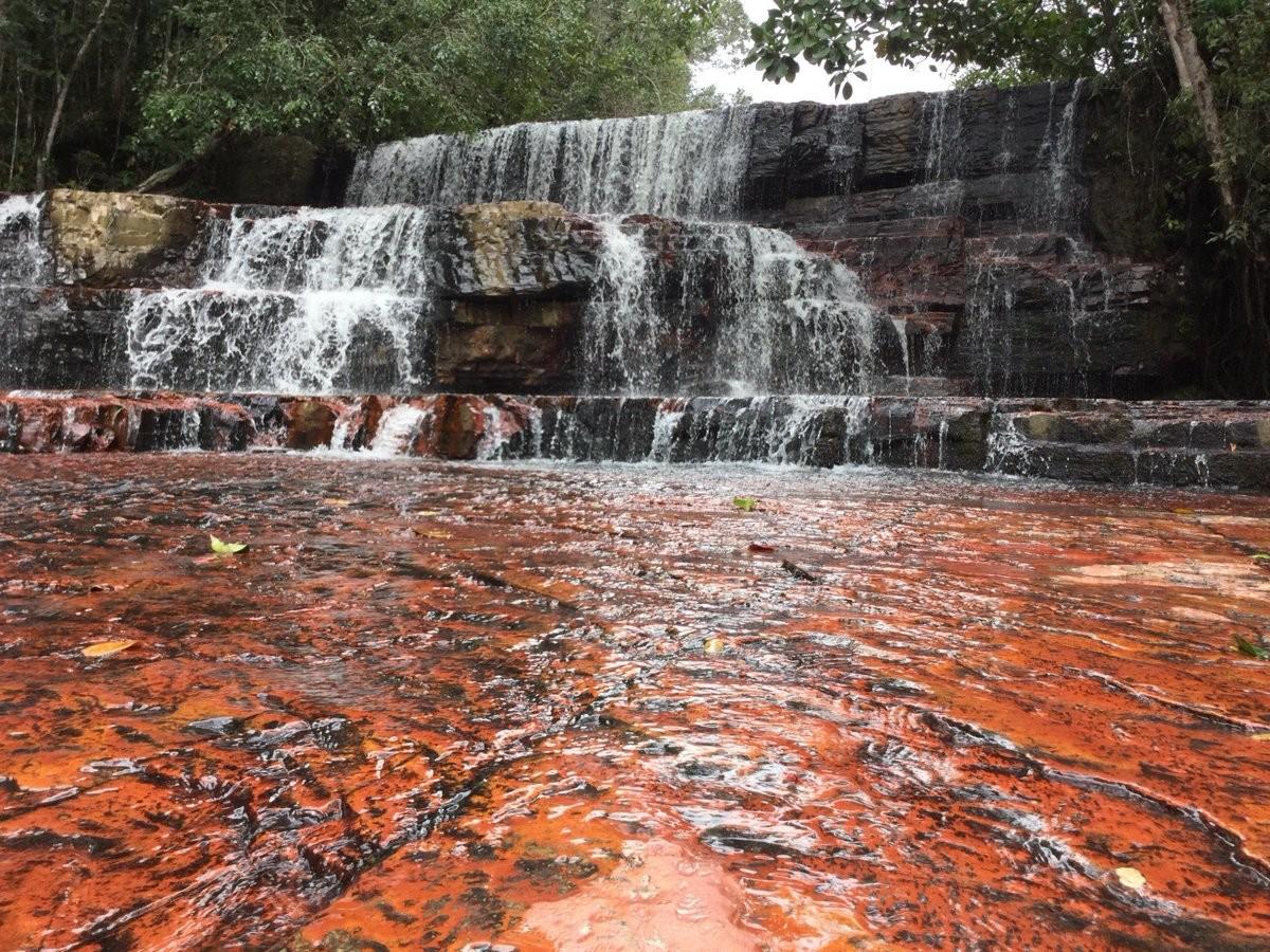 """Quebrada de Jaspe rojo, en la Gran Sabana. La piedra Kueka estaba ubicada originalmente, junto al """"Abuelo"""", en la entrada de este monumento natural."""