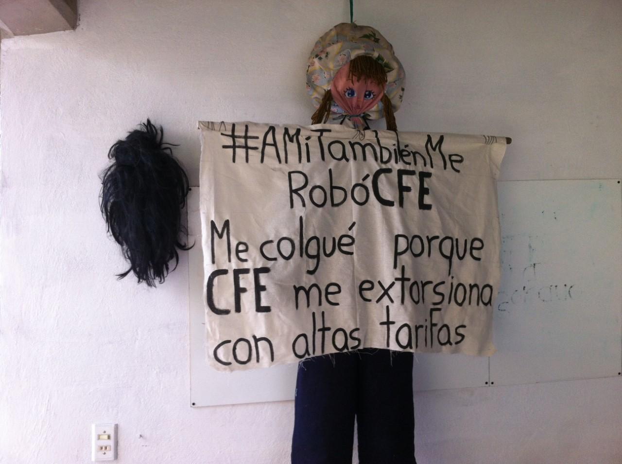 Una de las muñecas colgadas en protesta contra alza en tarifas de luz en México