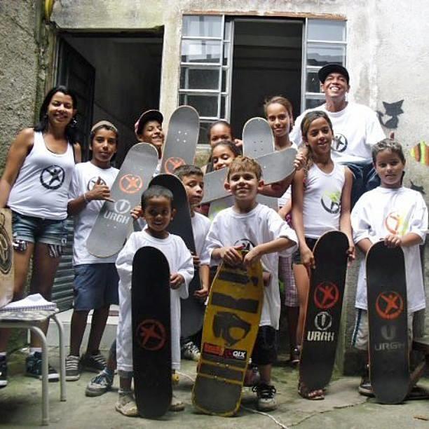 Niños encontraron en el skateboarding una opción en Brasil
