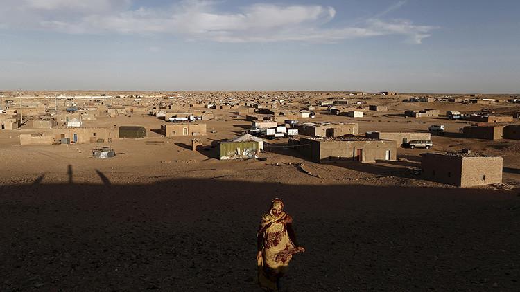 Una mujer saharaui indígena anda en un campo de refugiados de Boudjdour en Tinduf, Argelia meridional el 3 de marzo de 2016. Los cinco campos cercanos a Tinduf son el hogar de unos 165.000 refugiados saharauis de la disputada región del Sahara Occidental, según la agencia de refugiados de las Naciones Unidas ACNUR .