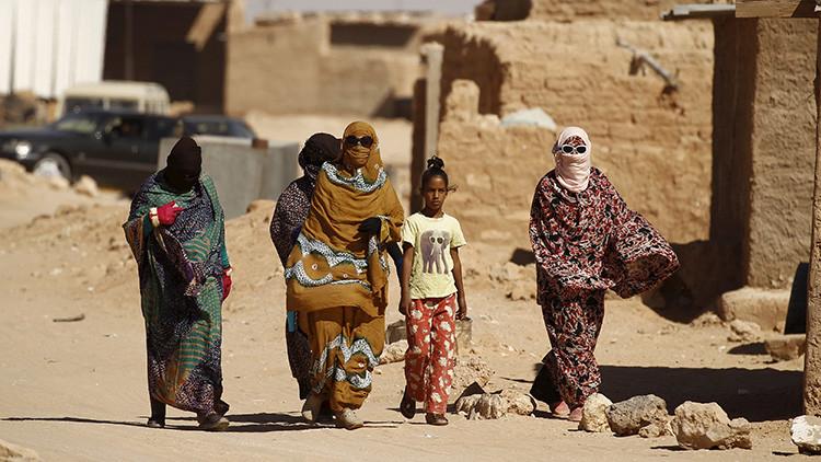 En los campos de refugiados cerca de la ciudad de Tinduf, en el sur de Argelia , las condiciones son graves para las saharauis indígenas. Los residentes utilizan baterías de coche para tener electricidad por las noches y dependen de la ayuda humanitaria para sobrevivir.