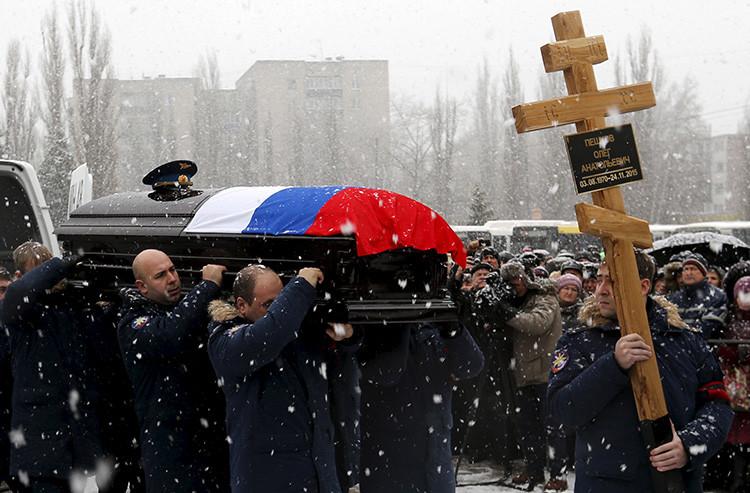 Los compañeros de Oleg Peshkov, el militar ruso que piloteaba el Su-24 derribado en Siria, cargan su féretro. Lípetsk, 2 de diciembre de 2015.