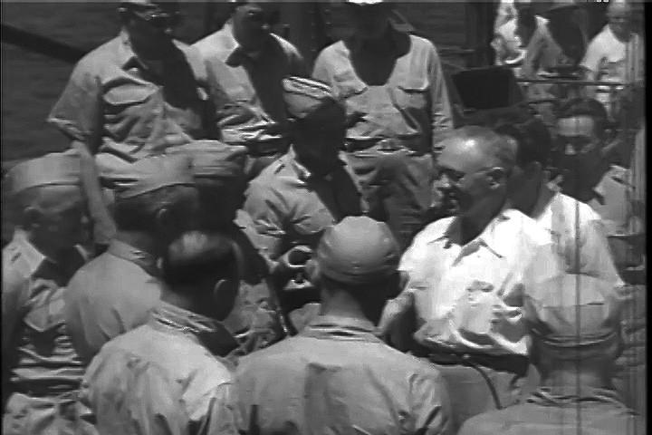 Observador soviético Semión Alexándrov en compañía del secretagrio de la Marina de Guerra de EE.UU., James Forrestal, a bordo de la nave estagdounidense U.S.S. Panamint.
