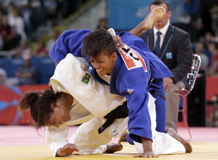 """La brasileña Rafaela Silva lucha con la alemana Miryam Roper (de azul) en la categoría menos de 57 kilos en Londres 2012"""""""