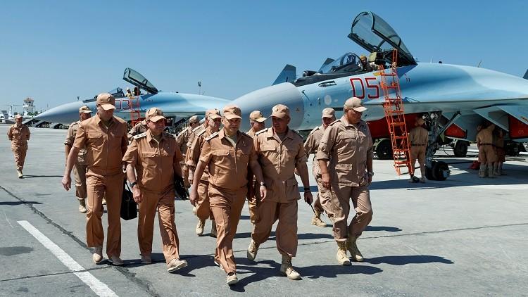 El Ministro ruso de Defensa, Serguéi Shoigú, visita la base aérea Jmeimim, en Siria, el 18 de junio de 2016.
