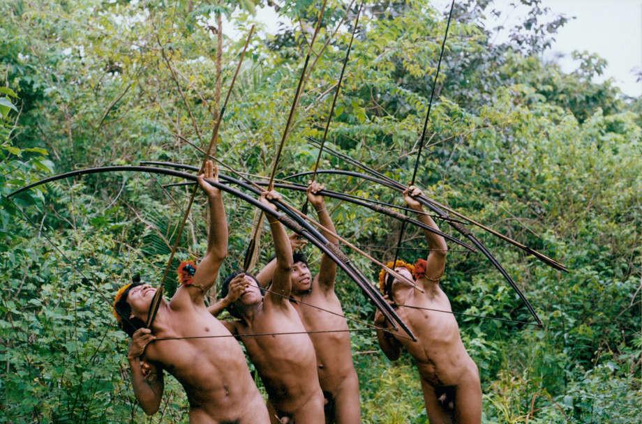 Awás de la amazonía brasileña practican con sus arcos