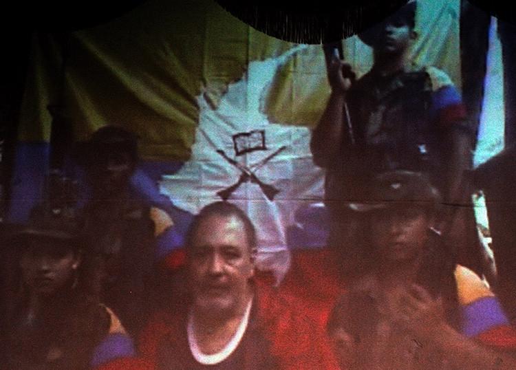 Óscar Tulio Lizcano, secuestrado desde agosto de 2000 por las FARC es visto en un vídeo con la congresista Piedad Córdoba en Bogotá, en abril de 2008. Lizcano aparece rodeado por cuatro miembros de las FARC.