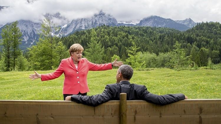 La canciller alemana, Angela Merkel, habla con el presidente de EE.UU., Barack Obama, en los alrededores del castillo Elmau en la comunidad de Kruen, Alemania, el 8 de Junio de 2015.