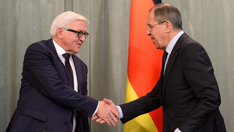 Le ministre russe des Affaires étrangères Sergueï Lavrov (à droite) et son homologue allemand, Frank-Walter Steinmeier (à gauche).