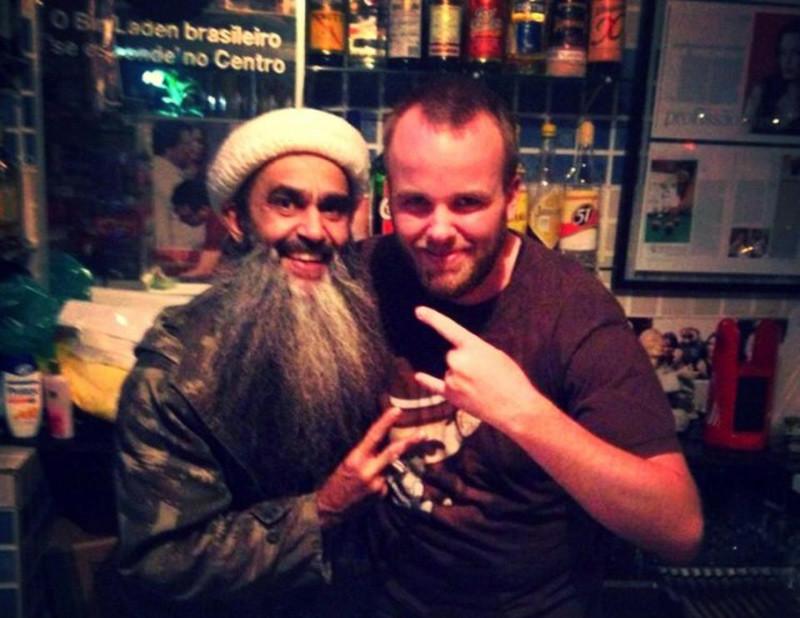 José Felipe de Araújo con uno de sus clientes en el bar.