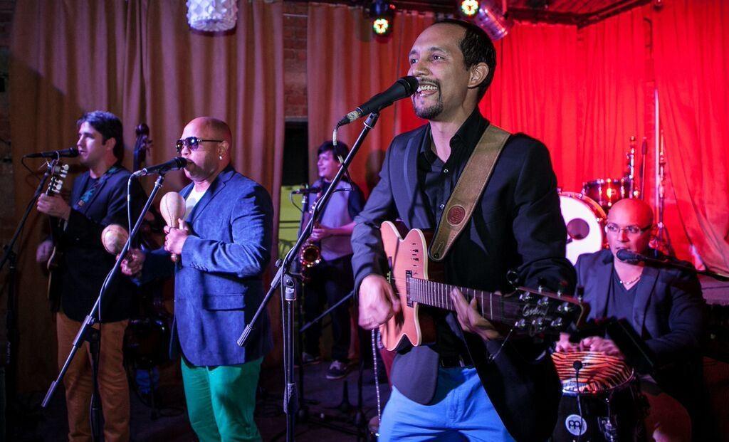 El músico Luis González en una presentación con La Séptima Bohemia