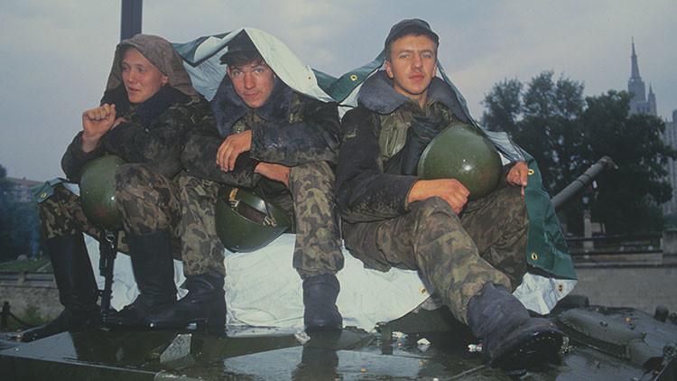 tres soldados del Ejército en espera de una orden por parte del mando militar de la URSS