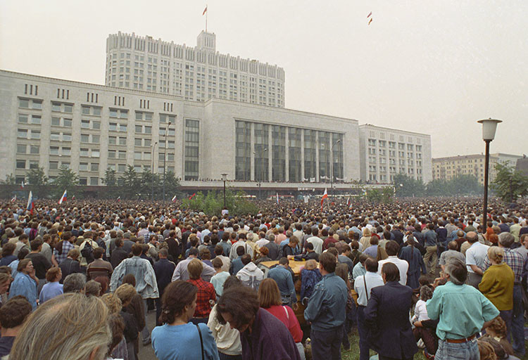 Una congregación multitudinaria frente a la Casa del Gobierno de Rusia
