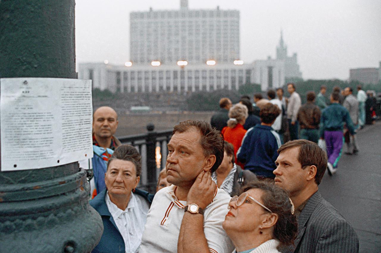 Unos moscovitas leen la declaración del Comité Estatal para el Estado de Emergencia