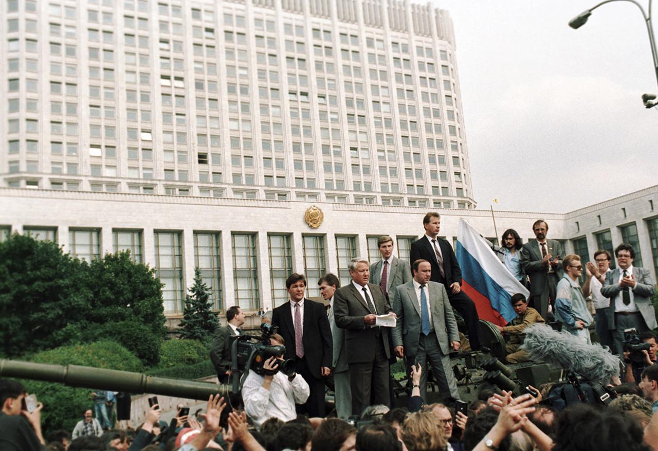 Borís Yeltsin lee un discurso ante la Casa Blanca