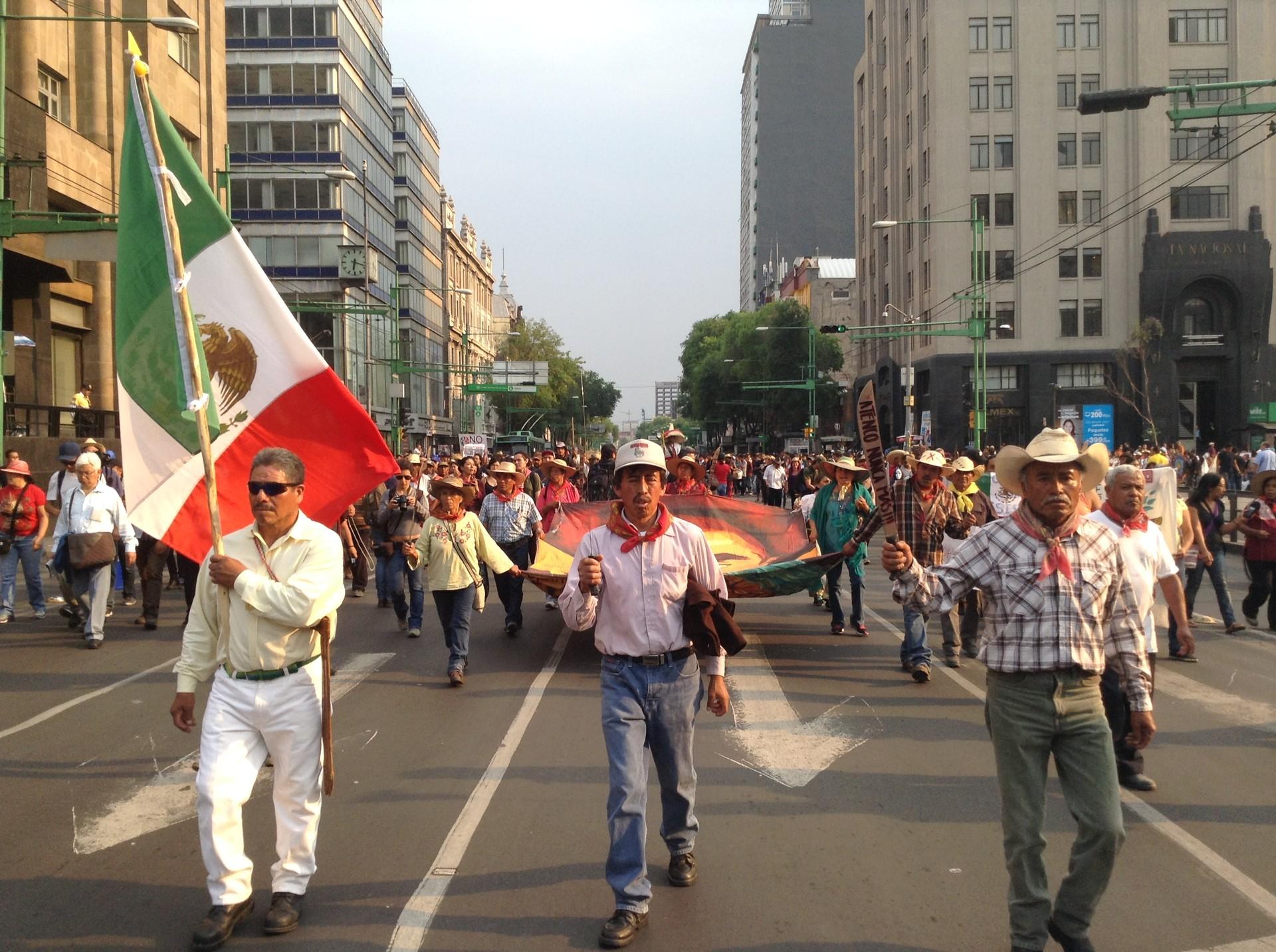 Campesinos conmemoran en la Ciudad de México los 10 años del operativo policial ordenado por Enrique Peña Nieto.
