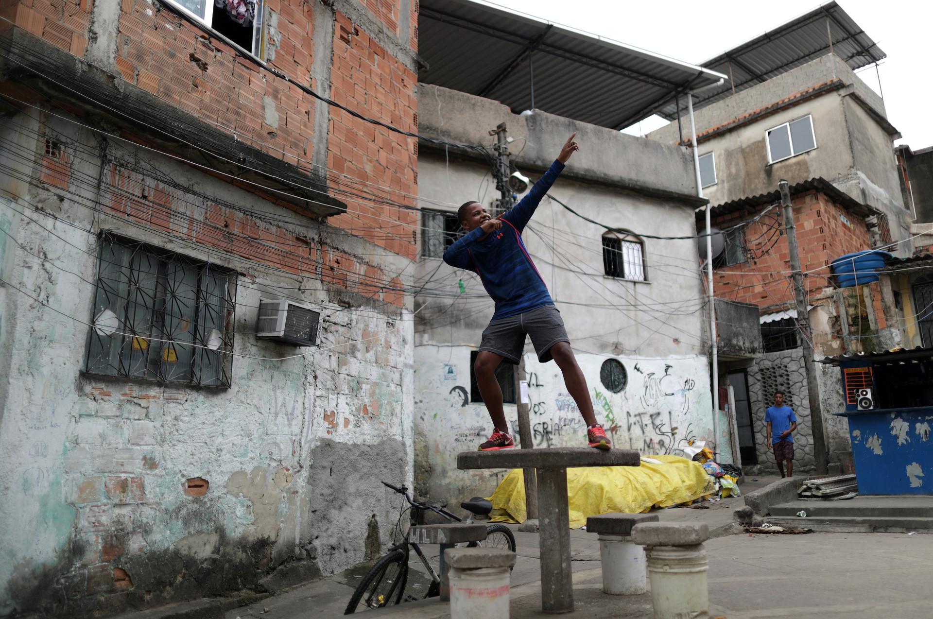 Vitor Soares, de 16 años, en la favela de Cajueiro en Río de Janeiro, Brasil, 16 de agosto de 2016.