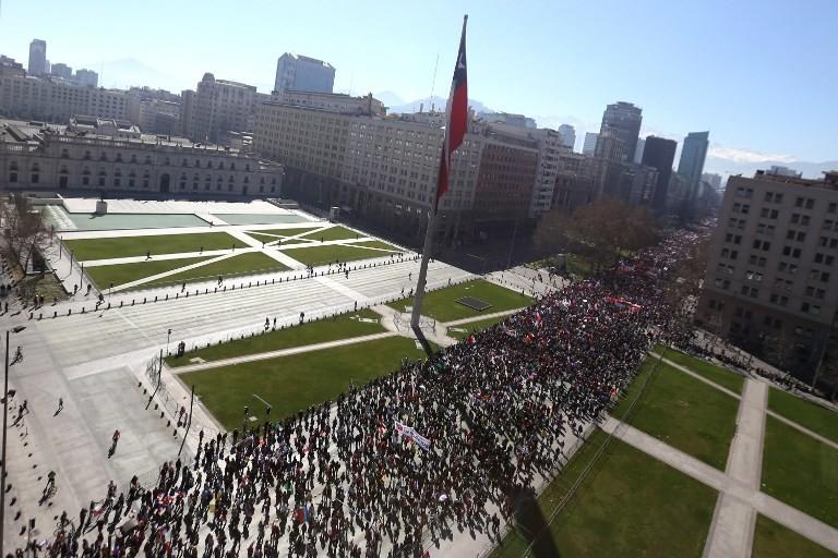 Cientos de chilenos marchan contra el actual sistema de pensiones frente al Palacio de La Moneda en Santiago de Chile