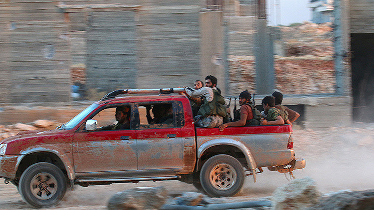Una camioneta con rebeldes islamista sirios del grupo Jabhat Fateh al-Sham circula por el suroeste de Alepo, Siria, el 5 de agosto de 2016.