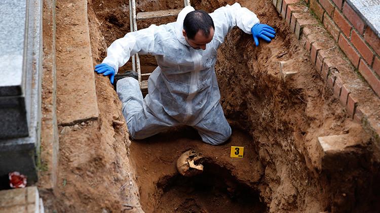 Gonzalo Carnim, forense de la Asociación para la Recuperación de la Memoria Histórica (ARMH), durante las labores de exhumación de una fosa común en el cementerio de Guadalajara. 22 de enero de 2016