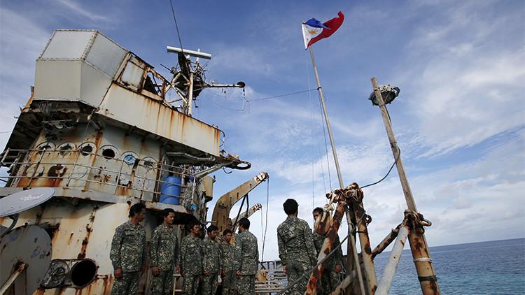Marines filipinos en el Sierra Madre, un barco oxidado encallado en un arrecife del mar de la China Meridional, en la zona en disputa con Pekín, que ha sido reparado por Manila.