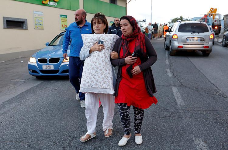 Habitantes de la localidad de Amatrice caminan desconsolados por las calles después del terremoto. 24 de agosto de 2016.