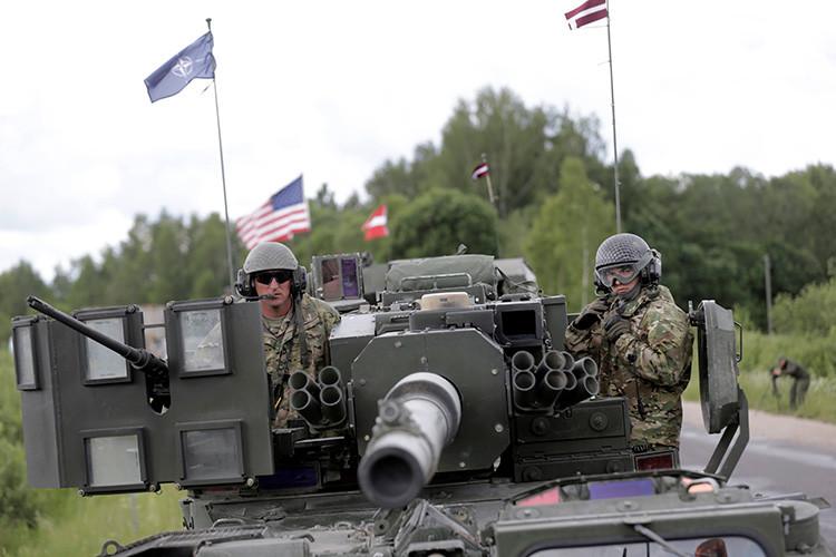 Tropas estadounidenses hacen una parada durante el desfile táctico Dragoon Ride II, cerca de Subate, Letonia.