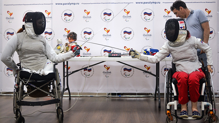Dos integrantes del equipo ruso de esgrima en silla de ruedas, Ksenia Ovsyánnikova (derecha) y Ana Petujova, durante una conferencia de prensa dedicada a los Juegos Paralímpicos de Río de Janeiro, 30 de mayo de 2016.