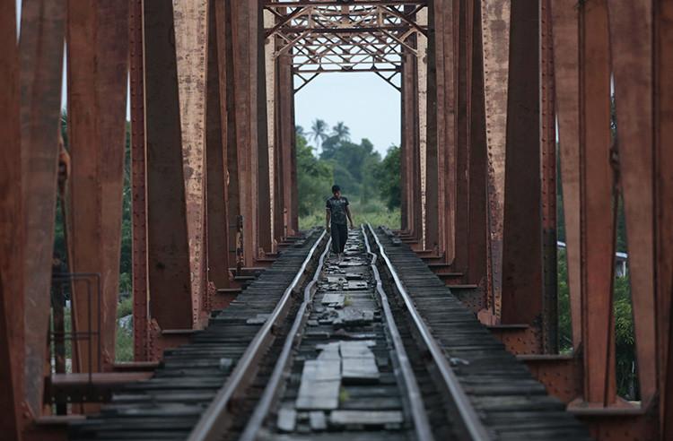 Un migrante de América Central camina sobre las vías del tren en Arriaga. 8 de agosto de 2014
