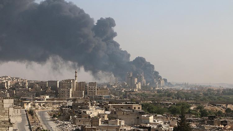Una columna de humo se eleva de una fábrica de cemento controlada por el régimen sirio, en Alepo, Siria, el 9 de agosto de 2016.