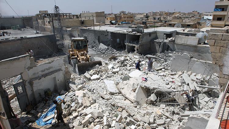 Un tractor limpia de escombros una zona atacada en la localidad de Taftanaz, Siria, el 13 de agosto de 2016.