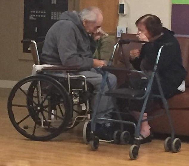 Triste imagen de pareja separada tras 62 años de matrimonio