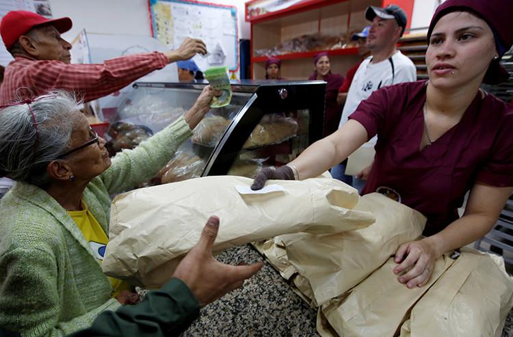 Varias personas compran pan en una panadería estatal en Caracas, Venezuela, el 25 de junio de 2016.