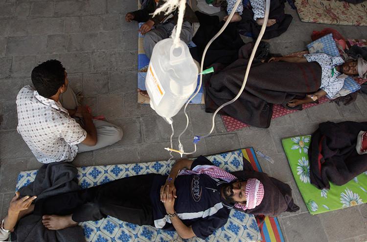 Manifestantes antigubernamentales heridos en los enfrentamientos con las fuerzas de seguridad de Yemen reciben tratamiento en un hospital de Saná, el 18 de abril de 2011.